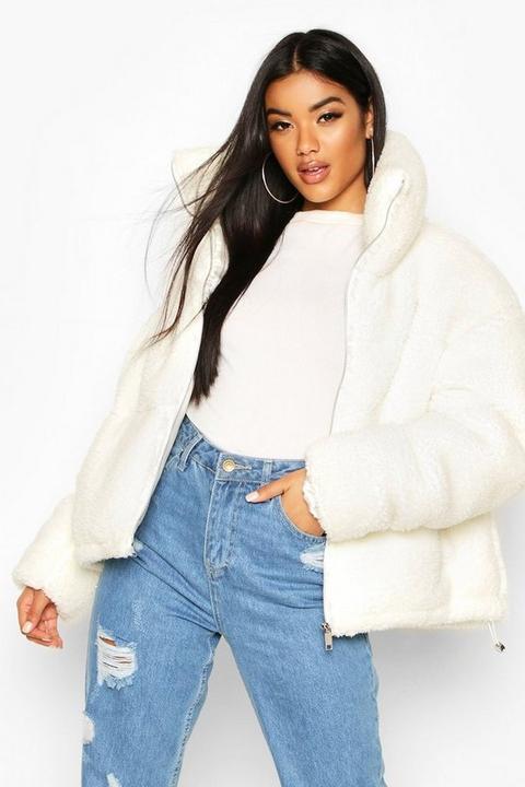 Teddy Faux Fur Puffer Jacket, Blanco de Boohoo en 21 Buttons
