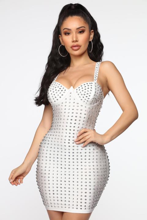 Wanting Attention Studded Mini Dress - White de Fashion Nova en 21 Buttons