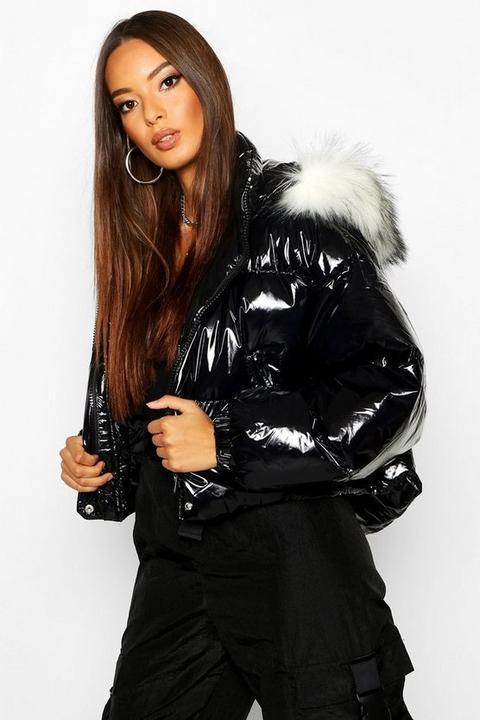 Crop Vinyl Faux Fur Trim Puffer Jacket, Negro de Boohoo en 21 Buttons